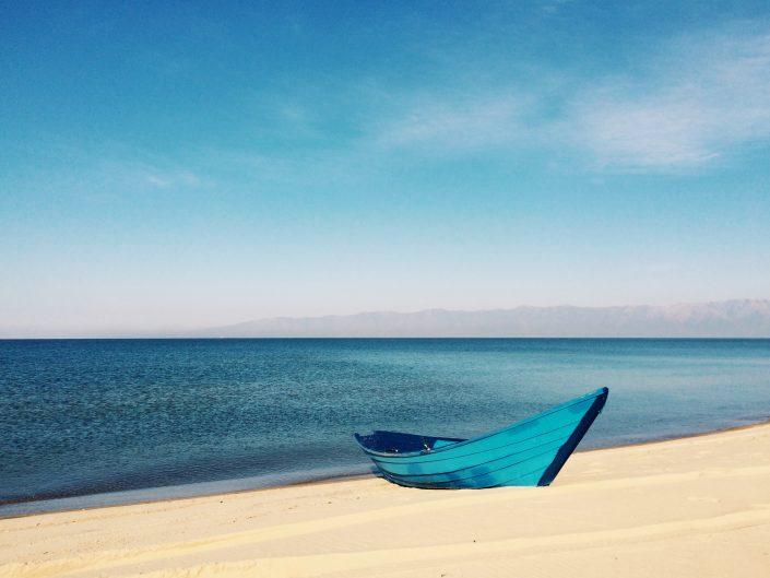 Bateau sur une plage, par Mickey O'Neil
